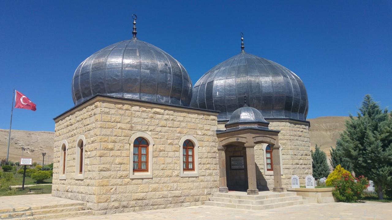 Hasan Gazi Türbesi - Arkasında Şehitlik Anıtı