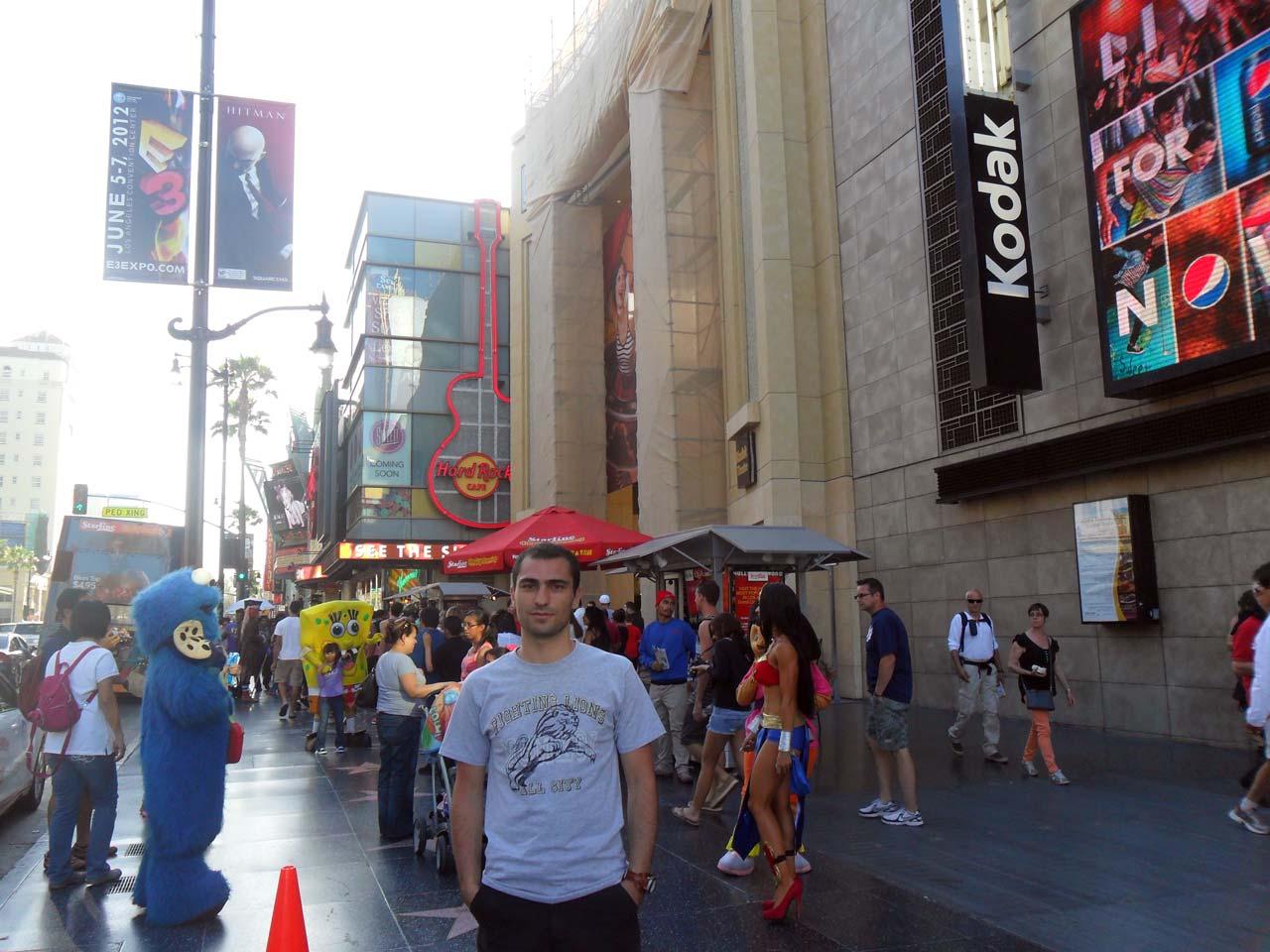 Arkada Hard Rock Cafe var. Kendisi  gezimizde ayrı bir yere sahip..İçine girmesek de gittiğimiz yerlerde fotoğraflarını çektik…