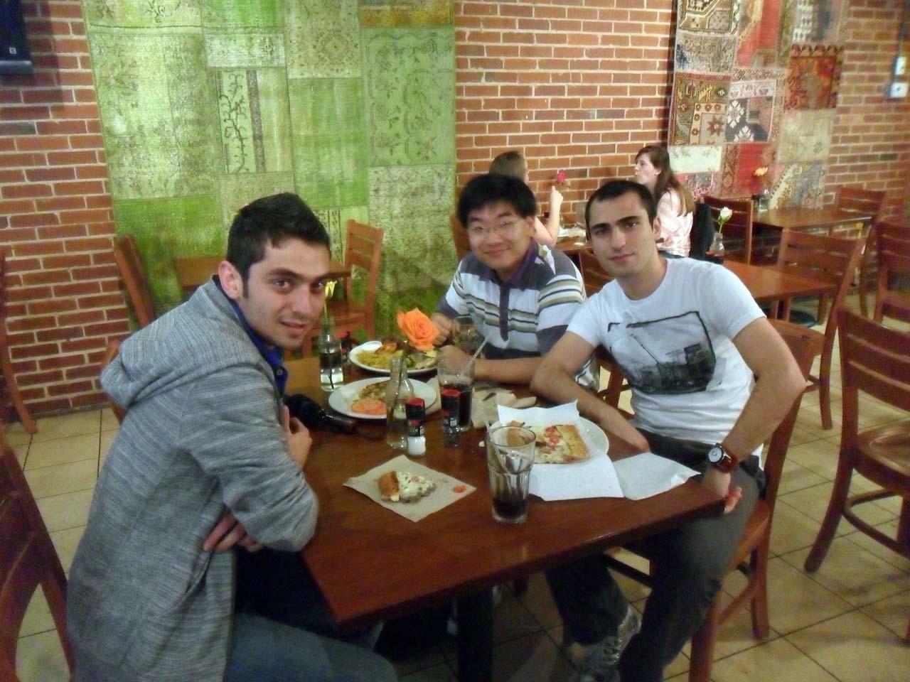Abimin Çinli arkadaşıyla – Az yediğime bakmayın yol yorgunuyum 🙂