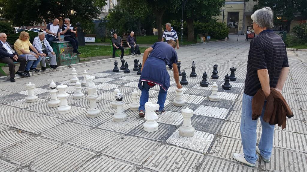 Satranç Oynayan Şehir Sakinleri