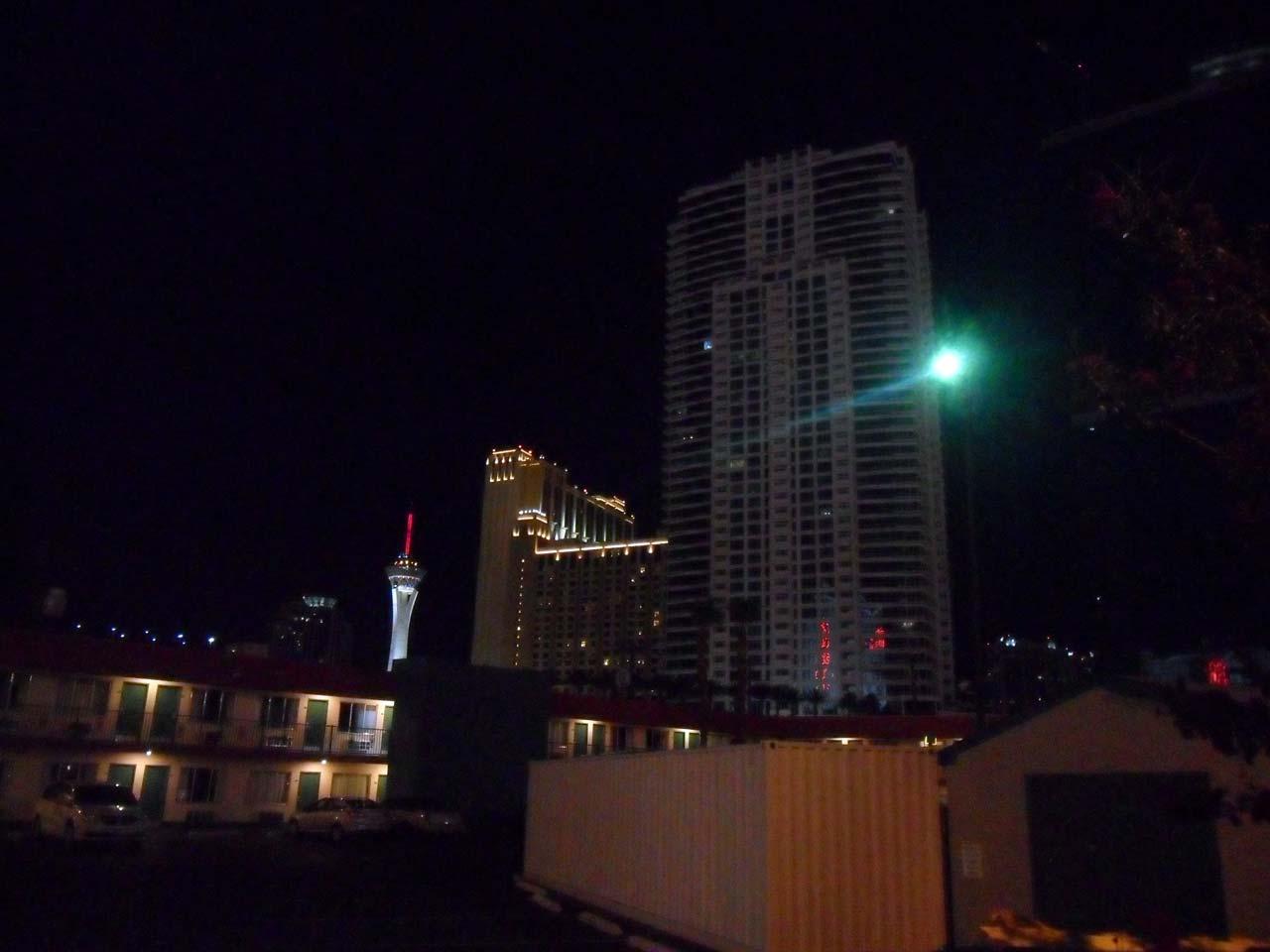 Arka tarafta Stratosphere gece görüntüsü