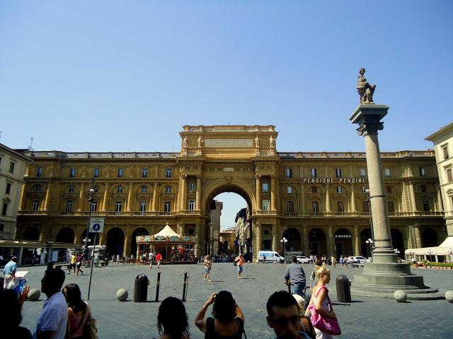 Dovizia Kolonu ve Cumhuriyet Meydanı